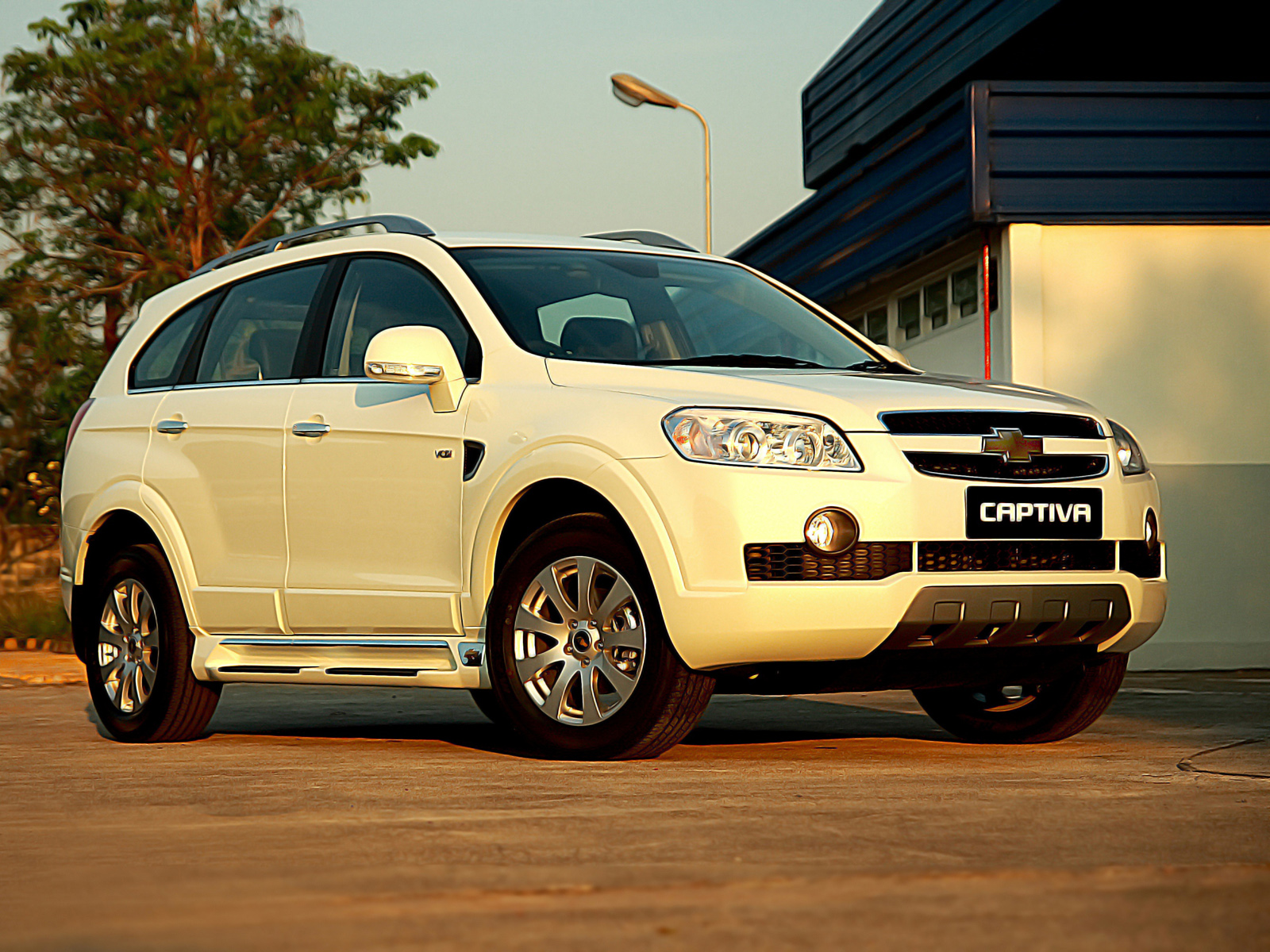 CHEVROLET CAPTIVA white