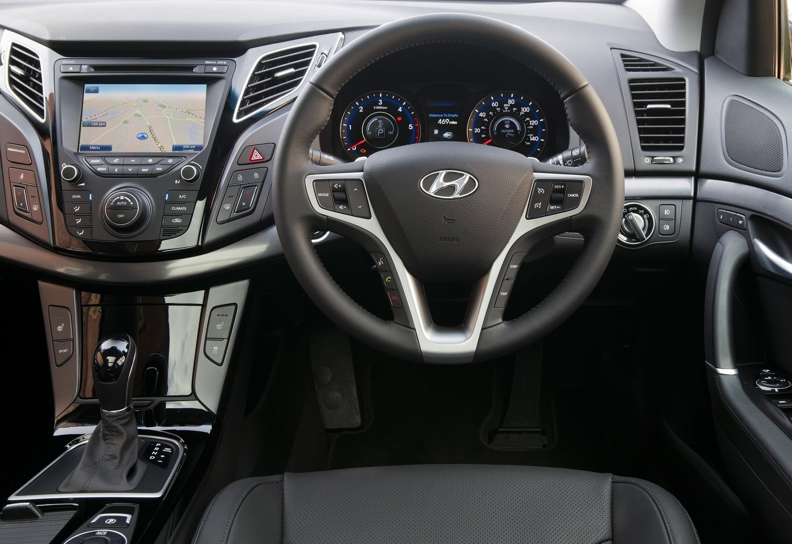 HYUNDAI I40 AT interior