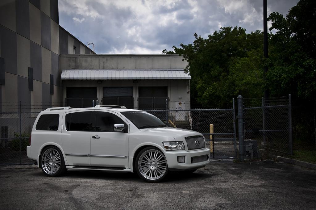 INFINITI QX 56 white