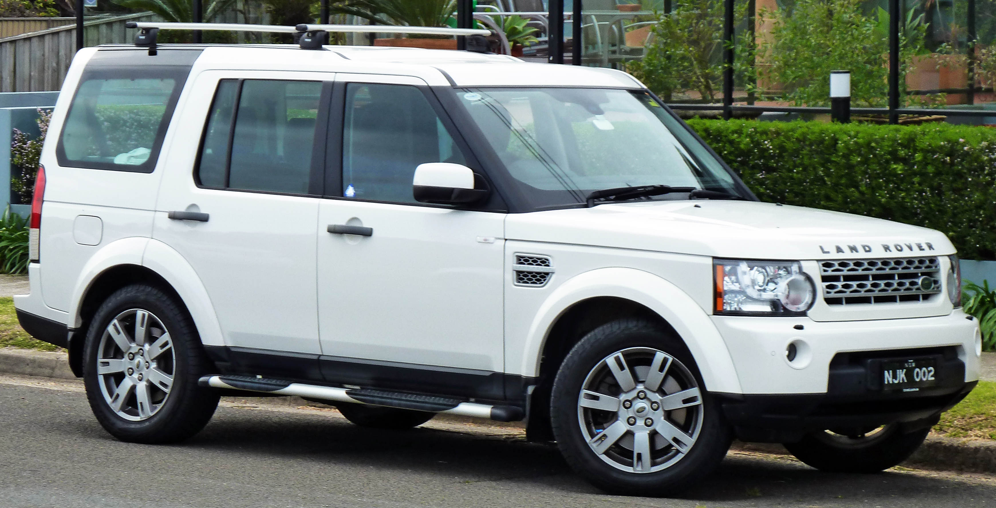 LAND ROVER DISCOVERY white