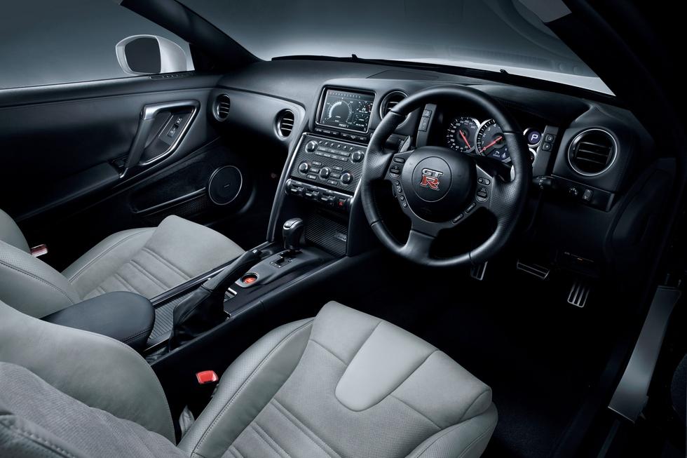 NISSAN GT-R 3.8 interior