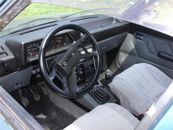RENAULT 9 interior