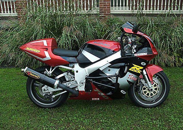 SUZUKI GSX-R750 red