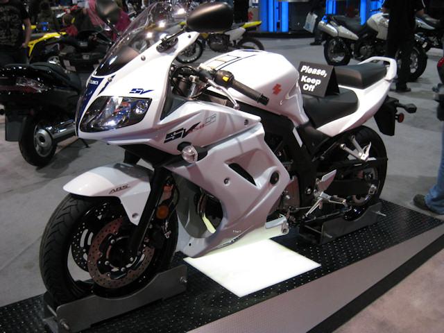 SUZUKI SV650 white