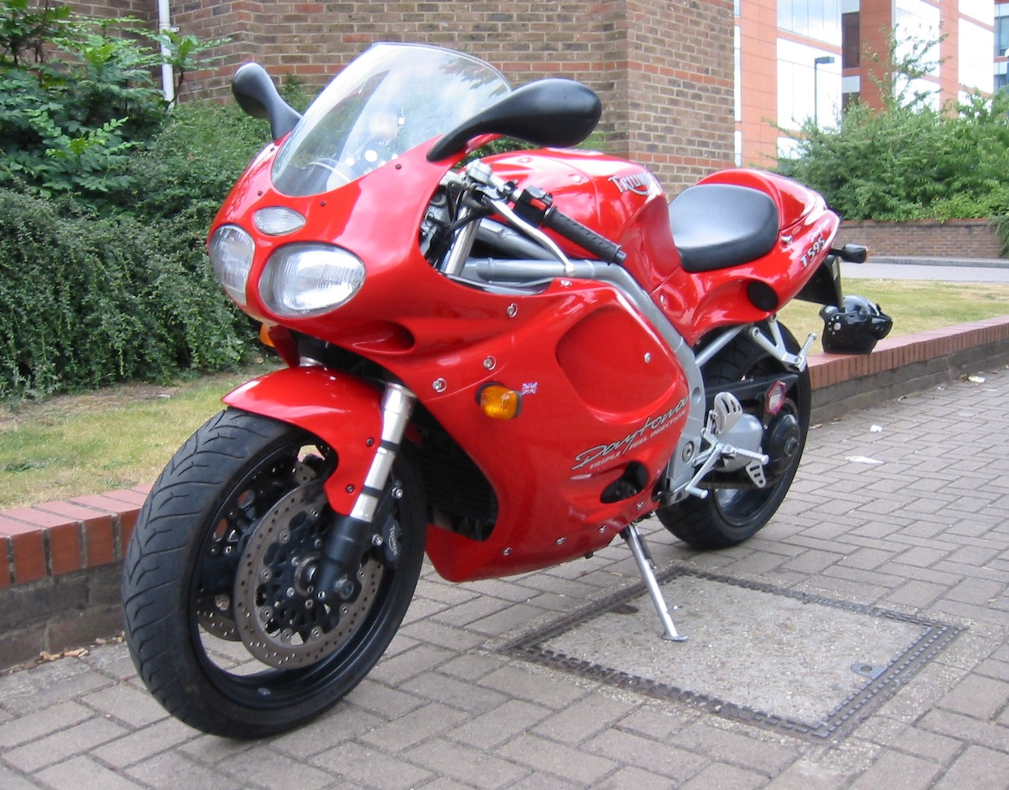 TRIUMPH DAYTONA T595 red