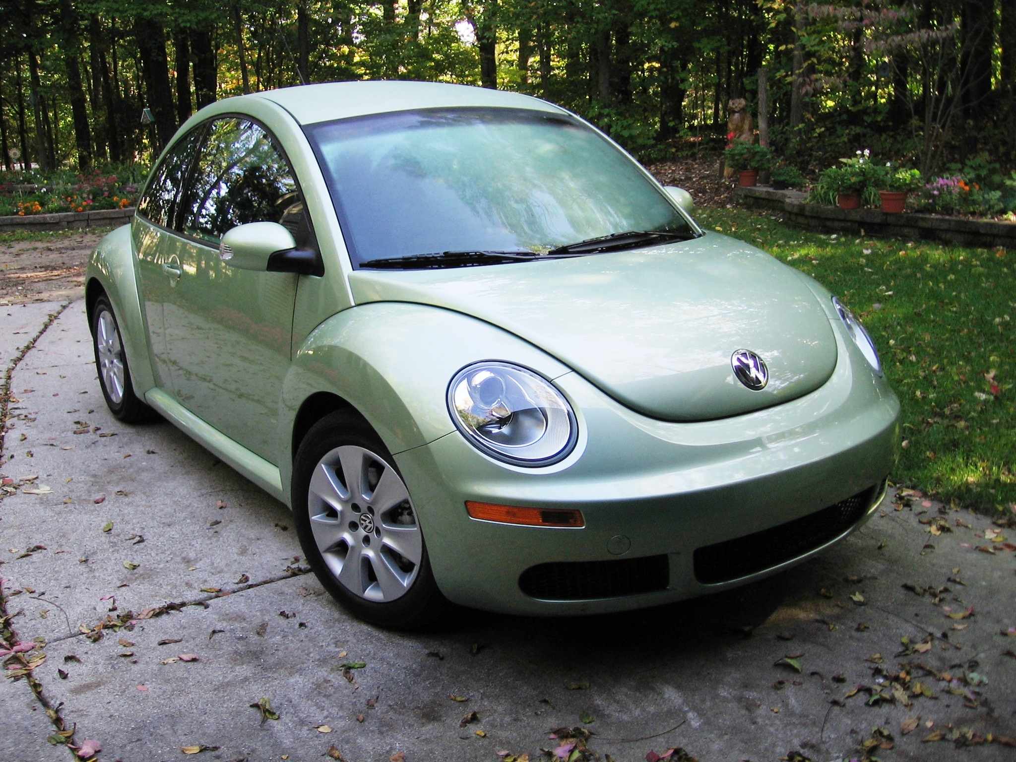 VOLKSWAGEN NEW BEETLE green