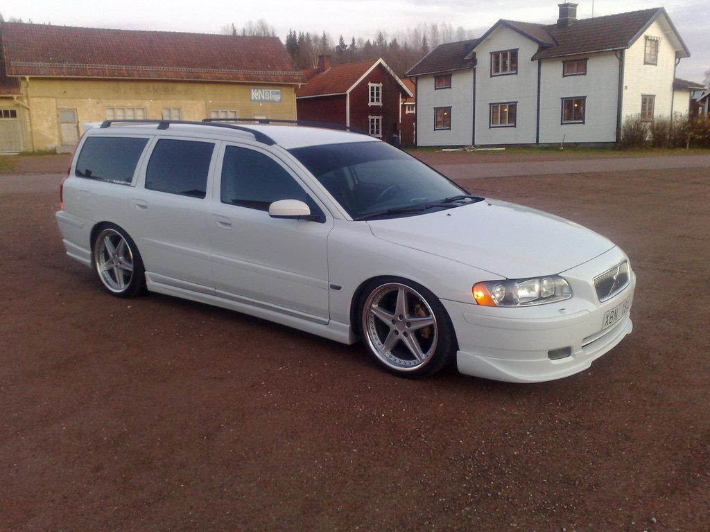 VOLVO V70 white